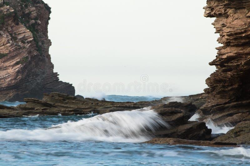 Marco rocoso, acantilados de Océano Atlántico con las ondas, fondo abstracto fotografía de archivo