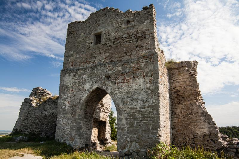 Marco ucraniano famoso: opinião cênico do verão das ruínas do castelo antigo em Kremenets, Ucrânia fotografia de stock