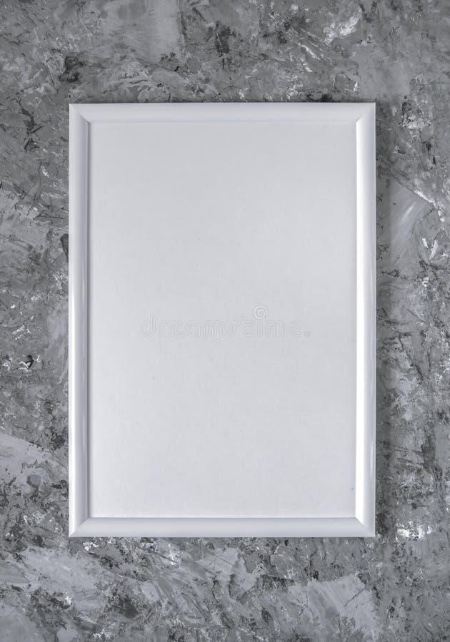 Marco vacío blanco en fondo concreto gris imagen de archivo libre de regalías