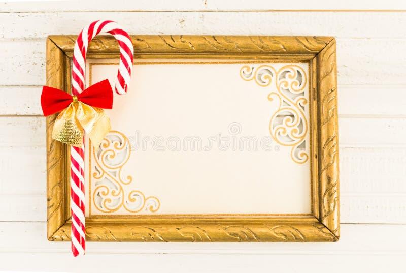 Marco vacío con el caramelo del bastón de la Navidad imagenes de archivo