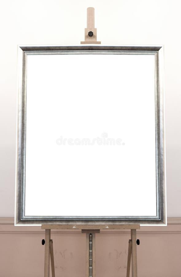 Marco vacío en blanco en el caballete de la pintura, fondo foto de archivo libre de regalías