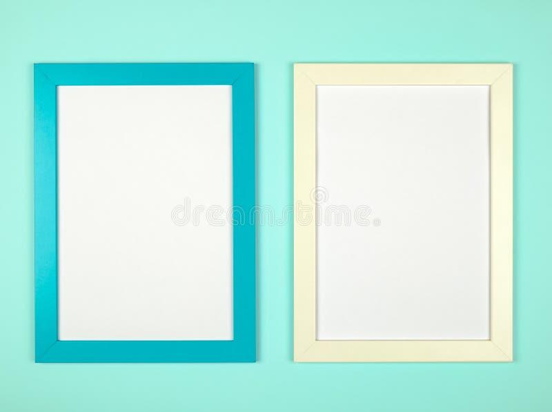 Marco vacío en fondo coloreado en colores pastel texturizado fotos de archivo libres de regalías