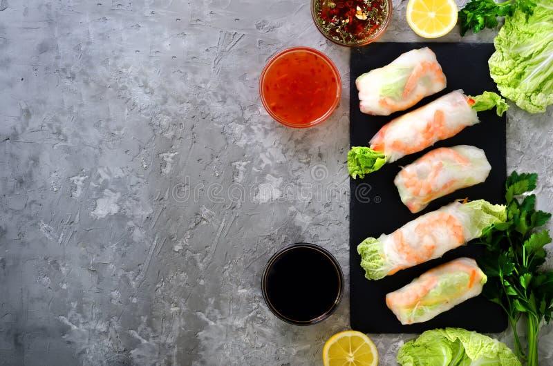 Marco vietnamita, asiático, chino fresco de la comida en fondo concreto gris Papel de arroz de los rollos de primavera, lechuga,  foto de archivo