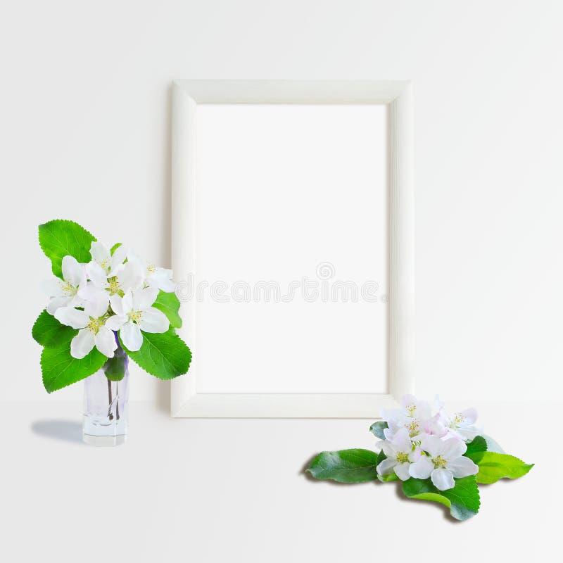 Marco y flores blancos imagenes de archivo