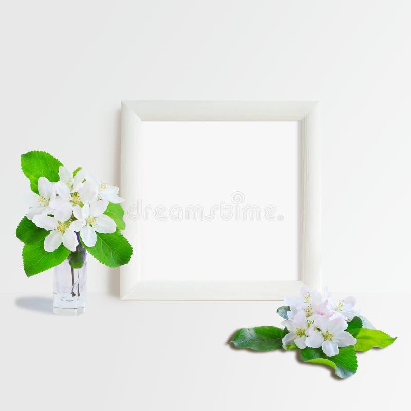 Marco y flores blancos fotos de archivo