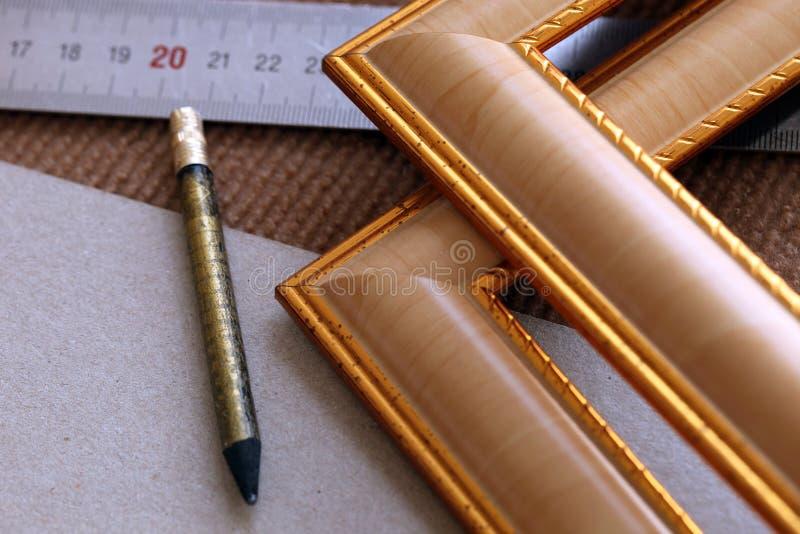 Marcos de asamblea de la herramienta, marcos, para las imágenes, fotos, regla, lápiz en fondo beige fotos de archivo
