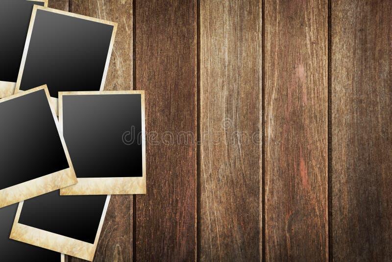 Marcos de la foto en el fondo de madera stock de ilustración