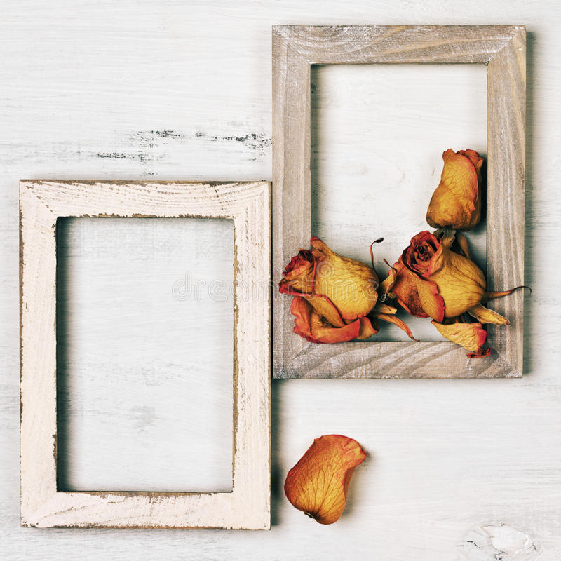 Marcos de madera de la foto con las rosas secas imagenes de archivo