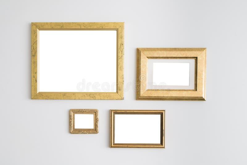 Marcos de oro vacíos en blanco en el fondo blanco Galería de arte, musa foto de archivo