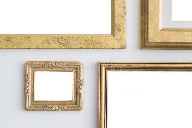 Marcos de oro vacíos en blanco en el fondo blanco Galería de arte, musa fotos de archivo