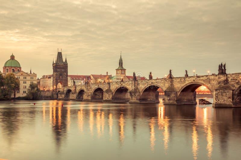 Marcos de Praga do vintage - torres e ponte na noite clara fotos de stock