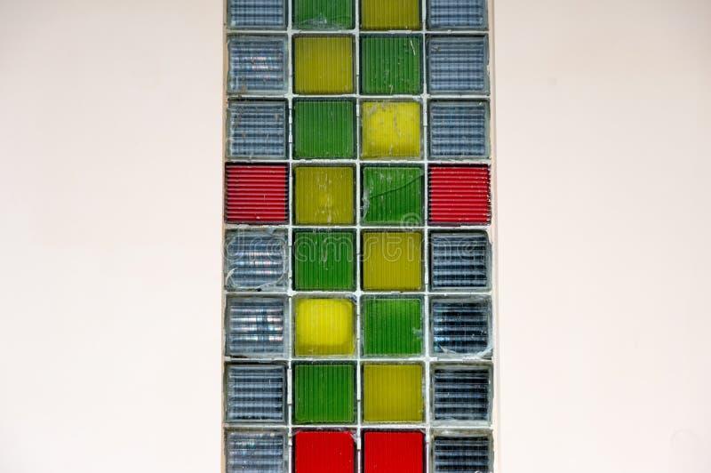 Marcos de ventana con muchos el pequeño panel de cristal colorido foto de archivo