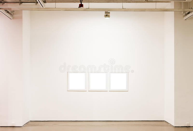 Marcos en blanco en la pared foto de archivo libre de regalías