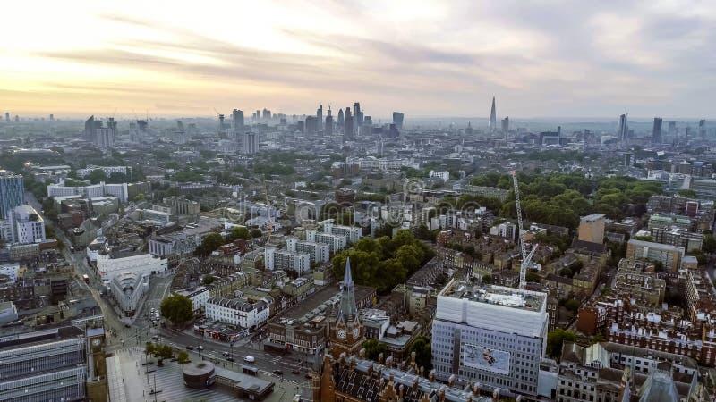 Marcos icônicos da arquitetura da cidade do nascer do sol de Londres da vista aérea imagens de stock royalty free