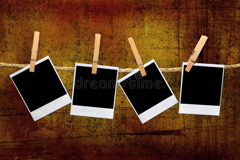 Marcos polaroid de la vendimia en un cuarto oscuro stock de ilustración