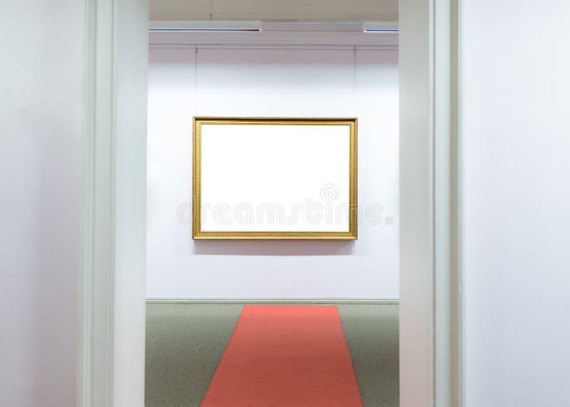 Marcos vacíos en blanco que cuelgan en la pared del museo Galería de arte, trayectoria de recortes blanca de la exposición del mu fotografía de archivo