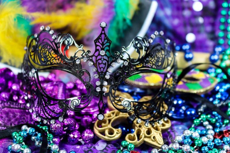 Mardi Gras Carnaval bakgrund - ljusa härliga färger med maskeringen och pärlor royaltyfria foton
