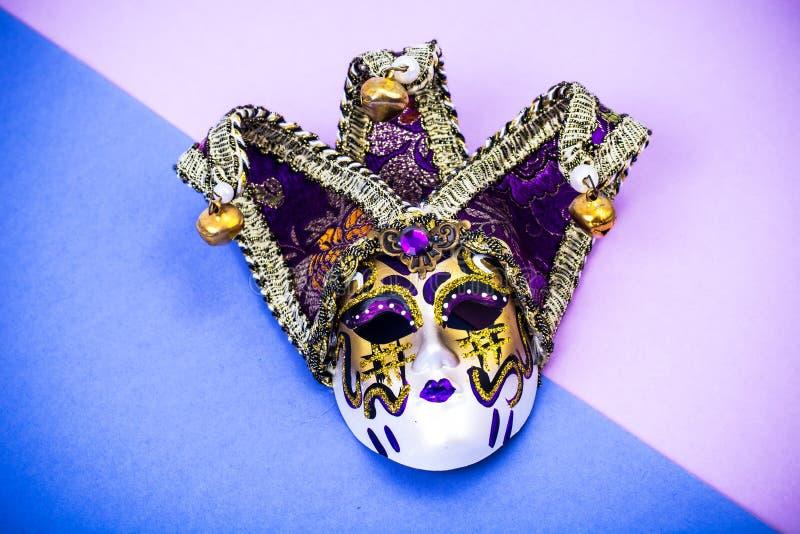 Mardi Gras festival Venetian karnevalmaskering för lyxig maskerad på purpurfärgad bakgrund arkivfoton