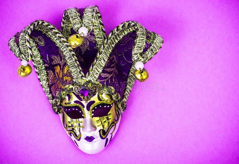 Mardi Gras festival Venetian karnevalmaskering för lyxig maskerad på purpurfärgad bakgrund royaltyfria foton