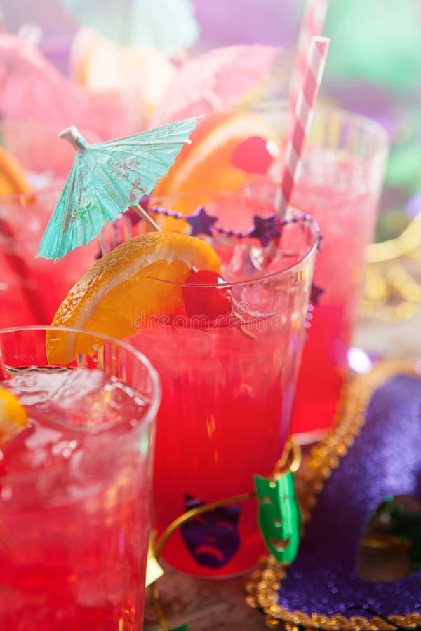 Mardi Gras: Manojo festivo de cócteles del huracán con G tropical fotos de archivo