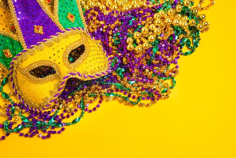 Mardi Gras Mask no fundo amarelo fotos de stock