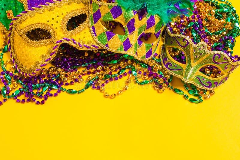 Mardi Gras Mask no fundo amarelo imagem de stock
