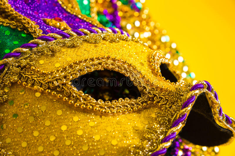 Mardi Gras Mask no fundo amarelo imagem de stock royalty free
