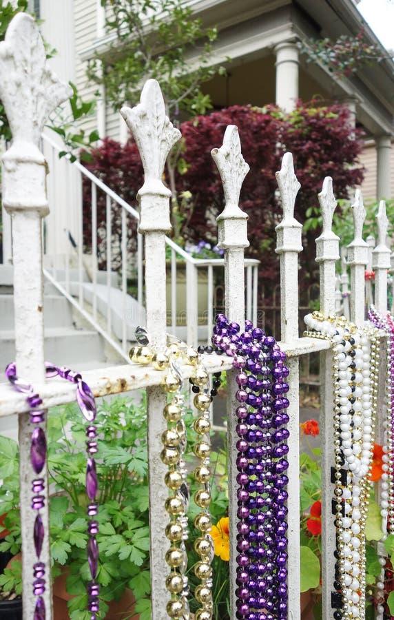 Mardi Gras pärlor på ett staket i New Orleans royaltyfria bilder