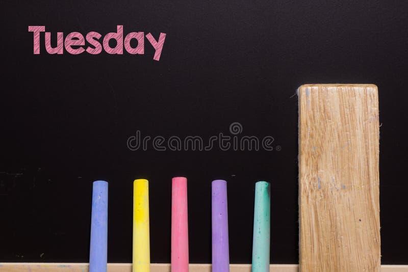 Mardi sur le tableau noir avec la craie et la gomme réserve vieux d'isolement par éducation de concept image stock
