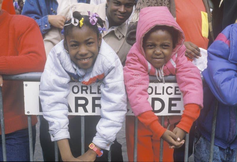 Mardis Gras游行的二个女孩 免版税库存照片