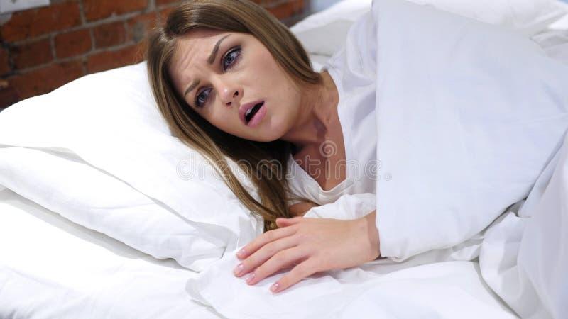 Mardrömmen som sover kvinnan, vaknar vid läskig dröm royaltyfri foto