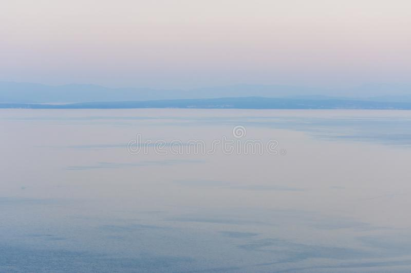 Mare adriatico al tramonto nelle isole del Nord della Croazia, di Crec e di Krk immagine stock libera da diritti
