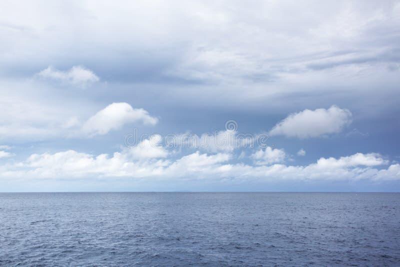 Mare al giorno nuvoloso fotografia stock libera da diritti