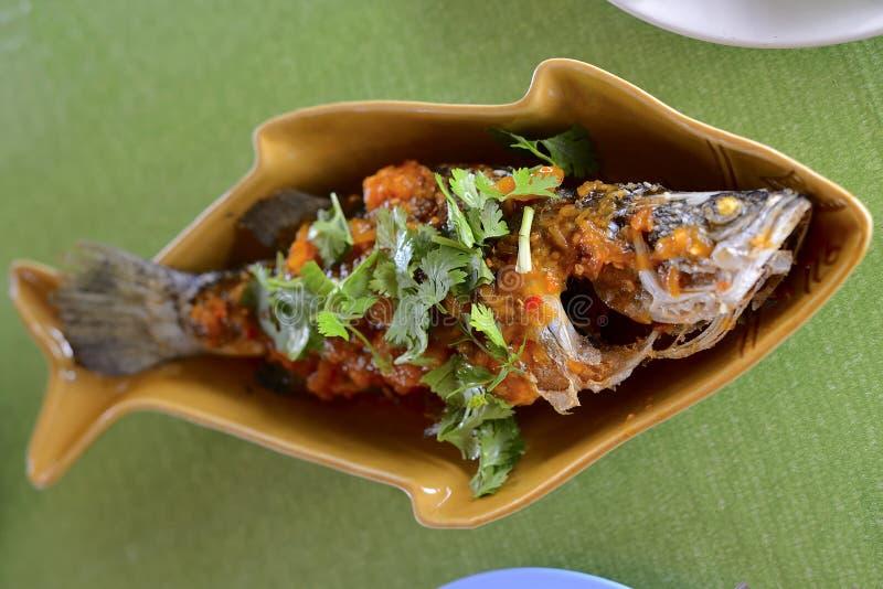 Mare Bass Deep Fried con la guarnizione di Sweet&Spicy immagine stock