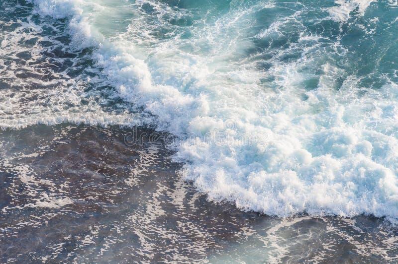 Mare blu con le onde immagine stock libera da diritti