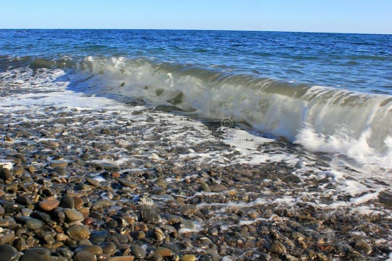 Mare blu e un'onda imminente con schiuma bianca fotografia stock libera da diritti