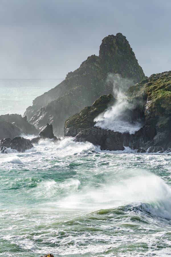 Mare brutale, baia di Kynance, Cornovaglia immagini stock libere da diritti