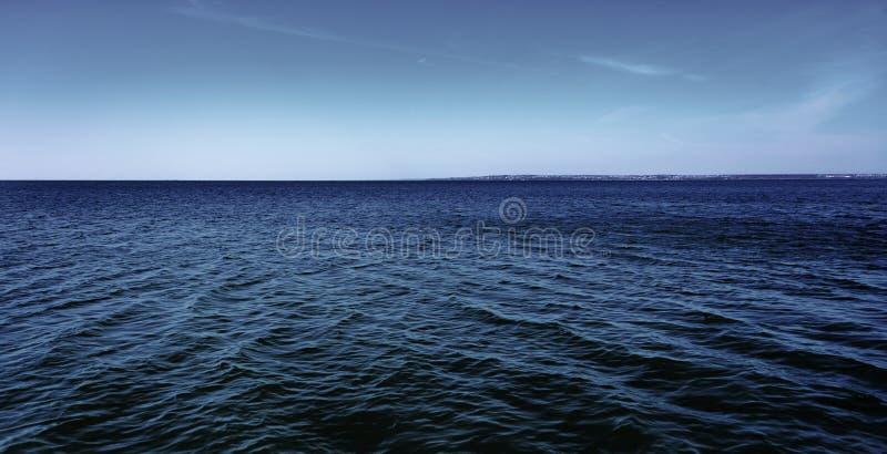 Mare calmo, giorno, all'aperto fotografie stock
