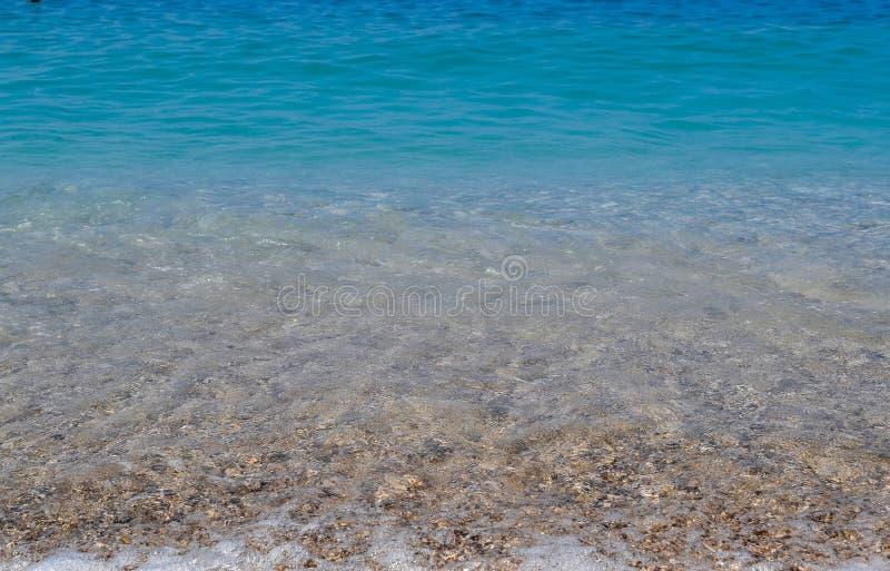 Mare calmo o oceano Colore di acqua blu o azzurrato Radura e cielo blu Tempo pieno di sole di estate fotografia stock