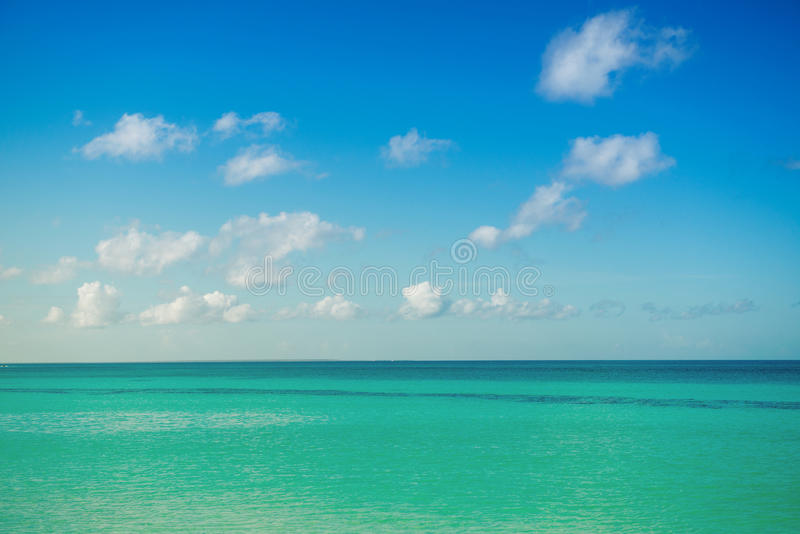 Mare calmo, oceano e cielo nuvoloso blu orizzonte Vista sul mare pittoresca immagine stock libera da diritti