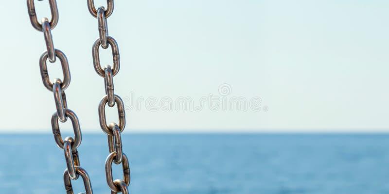 Mare a catena e blu Vista sul mare con la catena della nave fotografie stock