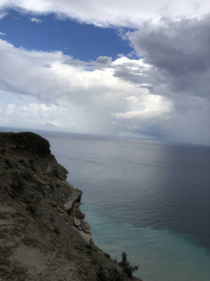 Mare, cielo, natura, costa di mare, scogliera, Mar Nero, nuvole, montagne fotografia stock
