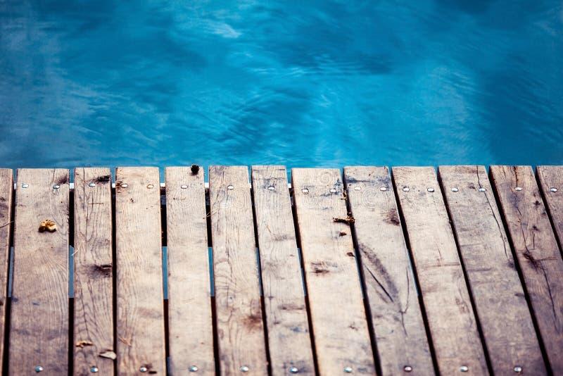 Mare con la piattaforma di legno fotografie stock libere da diritti