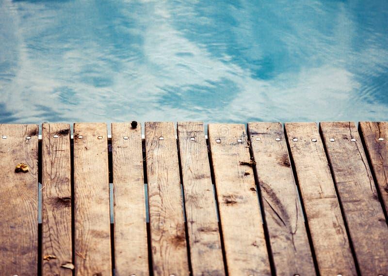 Mare con la piattaforma di legno fotografia stock