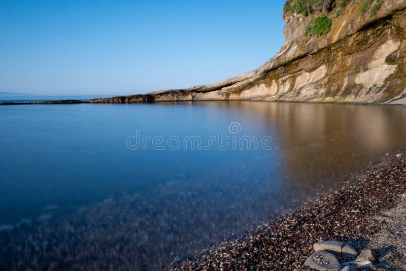 Mare con la riflessione parete di pietra sulla parte posteriore fotografie stock libere da diritti