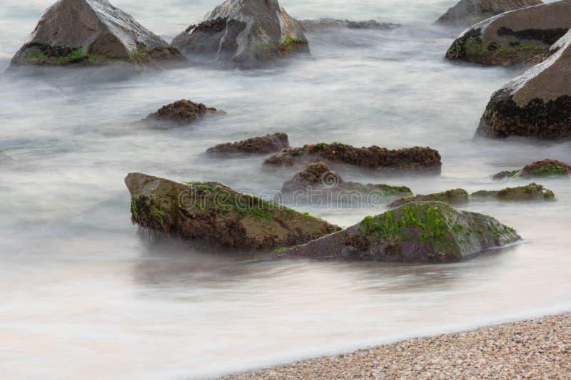 Mare con le rocce fotografia stock