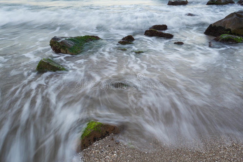 Download Mare con le rocce fotografia stock. Immagine di roccioso - 56893484