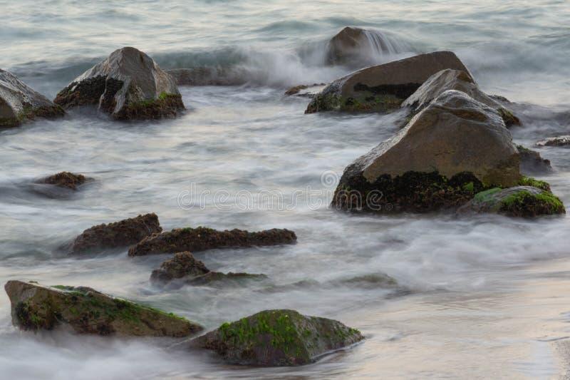 Mare con le rocce immagine stock