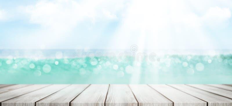 Mare d'estate con tavola vuota e cielo soleggiato fotografia stock