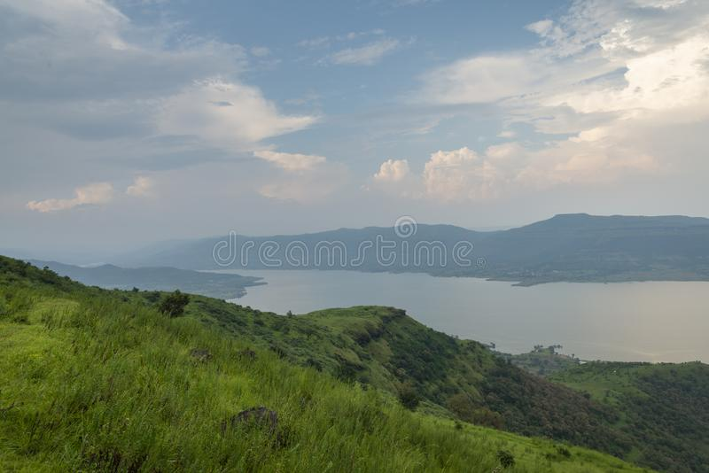 Mare de barrage près de la ville de Satara vue du plateau de Kaas, Satara, maharashtra, Inde image stock